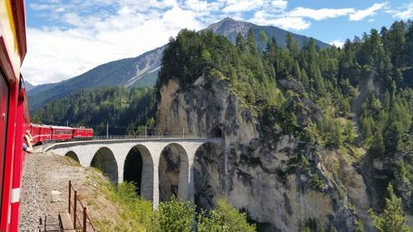 2179_15673_historic-glacier-express-train-between-zurich-and-st-moritz-switzerland
