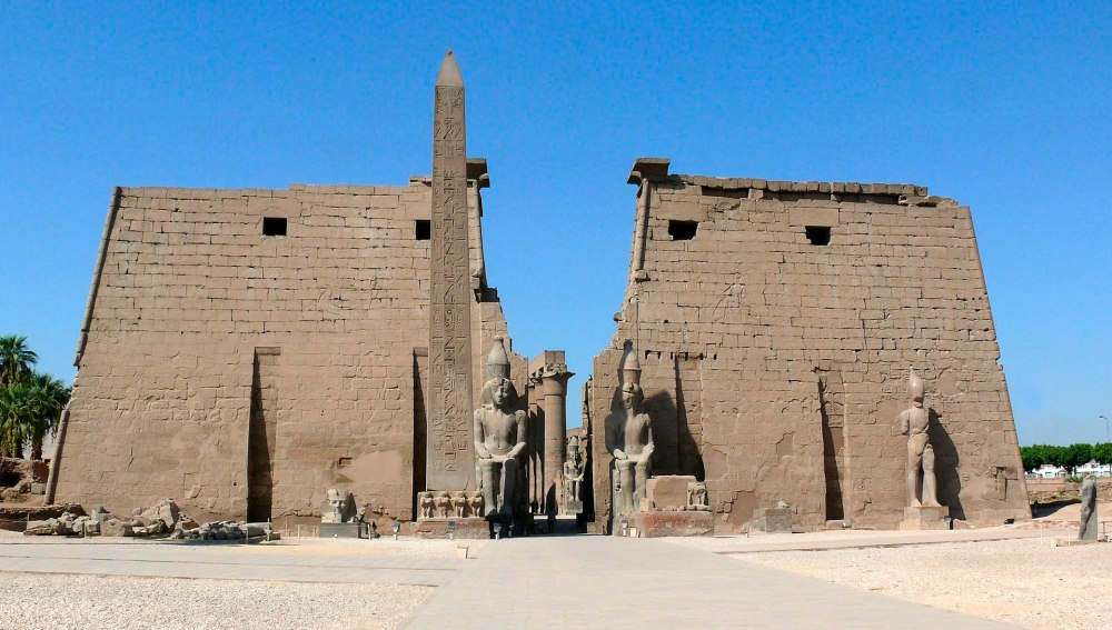 1920px-Pylons_and_obelisk_Luxor_temple